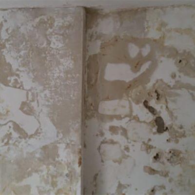 Mur rempli de condensations sans tubage cheminée